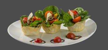 Salade van spinazie, olijven en tomaat met gebakken deeg royalty-vrije stock foto's
