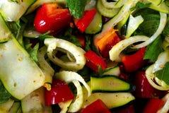 Salade van verse groente met olijfolie Stock Afbeeldingen