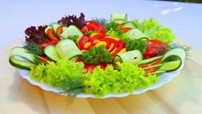 Salade van verse groenten Het snijden van een verscheidenheid van verse, sappige groenten op een witte plaat stock footage