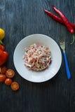 Salade van witte kool, wortelen en groene paprika's verfraaid met greens en groenten Vegetarische schotel Juiste voeding donker royalty-vrije stock foto