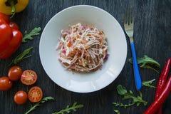 Salade van witte kool, wortelen en groene paprika's verfraaid met greens en groenten Vegetarische schotel Juiste voeding donker stock fotografie