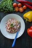 Salade van witte kool, wortelen en groene paprika's verfraaid met greens en groenten Vegetarische schotel Juiste voeding donker stock foto's