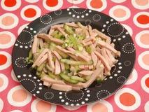 Salade van worst met komkommer Stock Afbeeldingen