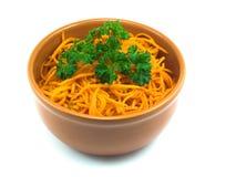 Salade van wortel in een schotel Stock Afbeeldingen