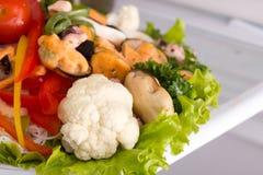 Salade van zeevruchten en groenten Stock Foto