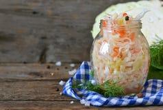 Salade van zuurkool en wortelen in een kruik Stock Foto's