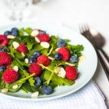 Salade verte avec des baies et des amandes Photo libre de droits