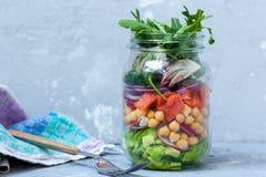 Salade verte avec des couches de saumons Photographie stock