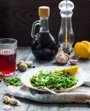 Salade verte avec l'arugula, fromage, amandes, citron, ail photos libres de droits