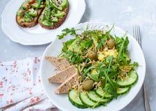 Salade verte avec l'avocat, le couscous et le tofu Image libre de droits