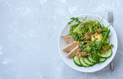 Salade verte avec l'avocat, le couscous et le tofu Photos stock