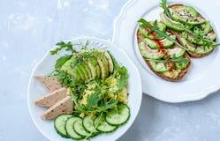 Salade verte avec l'avocat, le couscous et le tofu Sandwichs ouverts avec l'avocat Photos libres de droits