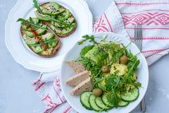 Salade verte avec l'avocat, le couscous et le tofu Sandwichs ouverts avec l'avocat Images libres de droits