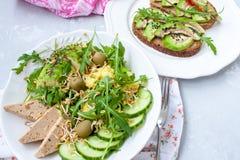 Salade verte avec l'avocat, le couscous et le tofu Sandwichs ouverts avec l'avocat Image stock