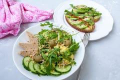 Salade verte avec l'avocat, le couscous et le tofu Sandwichs ouverts avec l'avocat Photo stock
