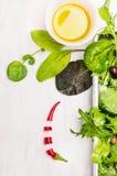 Salade verte avec l'habillage sur en bois blanc Image libre de droits
