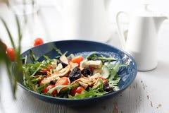 Salade verte avec le tofu, tomates-cerises, arugula, concombre photographie stock libre de droits