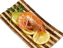 Salade verte avec les crevettes et le citron images libres de droits