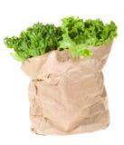 Salade verte dans le sac de papier d'achats Photo stock