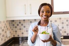 Salade verte de femme Photographie stock libre de droits