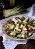 Salade verte de ressort de radis organique, d'ail sauvage avec des oeufs à la coque, d'huile d'olive et de parmesan photo libre de droits