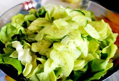 Salade verte et concombres Images stock
