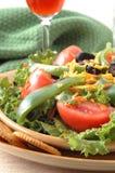 Salade verte jetée en l'air images libres de droits