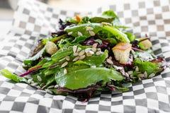 Salade verte mélangée avec le habillage de jalapeño et les graines de citrouille grillées Image libre de droits