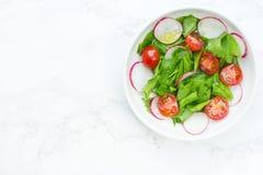 Salade verte mélangée avec les épinards, le radis et les tomates-cerises frais Photo libre de droits