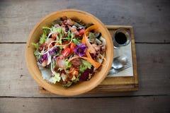 Salade verte mélangée colorée dans une cuvette en bois photos libres de droits