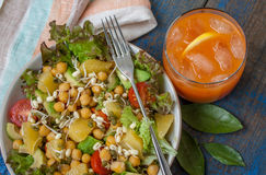 Salade verte saine avec l'orange, avocat, tomates Photo stock