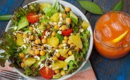 Salade verte saine avec l'orange, avocat, tomates Images libres de droits