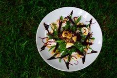 Salade verte sur l'herbe Image libre de droits