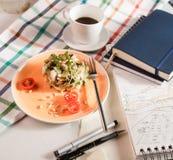 Salade voor ontbijt royalty-vrije stock afbeeldingen