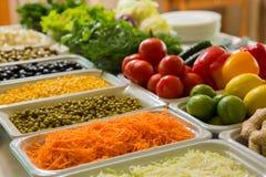 Saladebar met groenten in het restaurant Stock Foto
