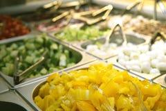 Saladebar in supermarkt stock afbeeldingen