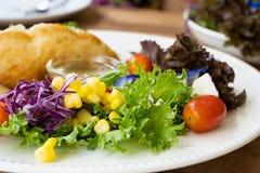 Saladebijgerecht op een witte plaat royalty-vrije stock foto's