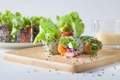 Saladebroodje eigengemaakt op houten raad die met Room zich op rug kleden stock afbeeldingen