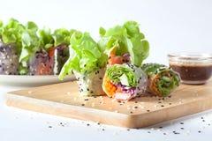 Saladebroodje eigengemaakt op houten raad die met Sesam Japan o kleden royalty-vrije stock foto's