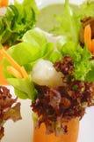 Saladebroodje met garnalen Stock Foto's