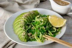 Saladechukka met komkommer en avocado stock fotografie