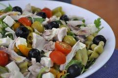 Saladedeegwaren en zwarte olijven Royalty-vrije Stock Foto