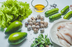 Saladeingrediënten met pijlinktvis en veggies op wit Royalty-vrije Stock Afbeelding