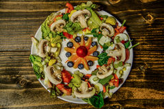 Saladeplaat met Fruitsalade in het midden op houten lijst royalty-vrije stock fotografie