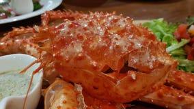 Saladeroom met de krab van Alaska stock foto's