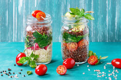 Salades avec le quinoa dans des pots images stock