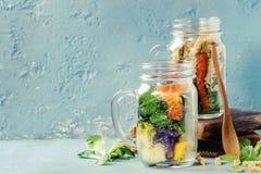 Salades dans des pots de maçon Images stock