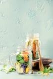Salades dans des pots de maçon Photographie stock