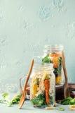 Salades dans des pots de maçon Images libres de droits