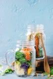 Salades dans des pots de maçon Photo stock